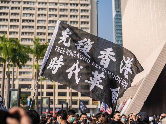 「港區國安法」實施後,支持民主的港人發揮創意用暗語避險,像是「32190246」代表「光復香港、時代革命」。(取自Wiki/作者Studio Incendo)
