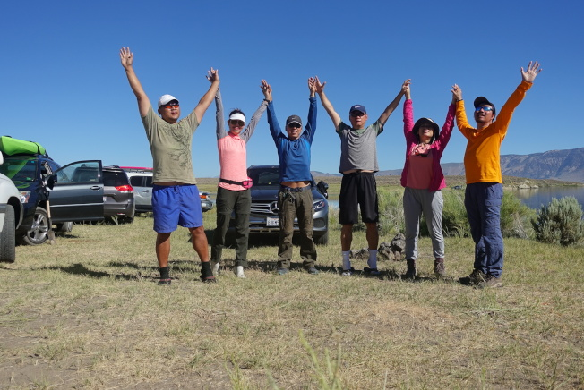 爾灣市梁先生與友人一起國慶日到Lake Crowley露營涮火鍋。(梁先生提供)