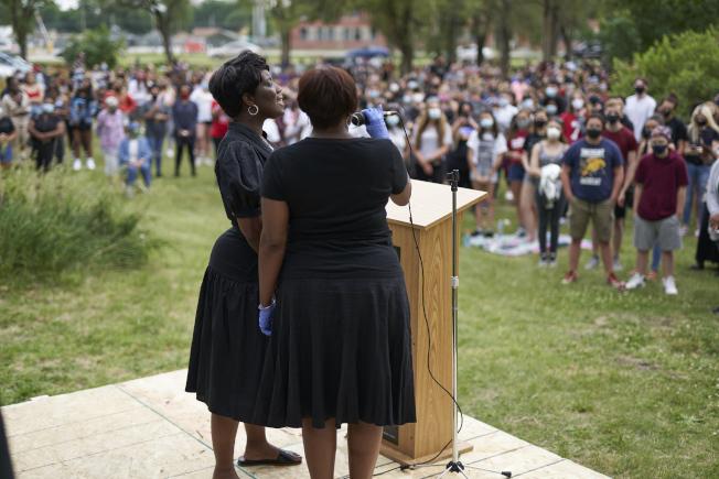 內布拉斯加州上月一場處紀念黑奴解放日「六月節」活動上,兩名歌手高唱非裔國歌「齊聲高唱」。(美聯社)