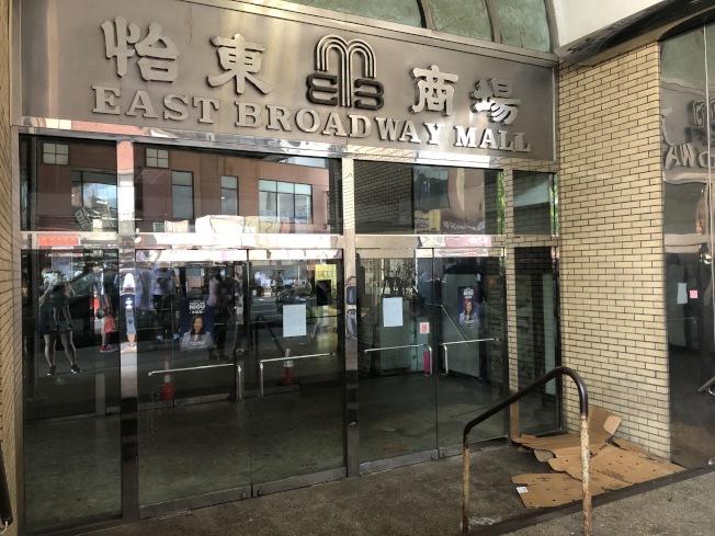 大門緊閉的怡東樓門口已經成為遊民夜晚逗留場所。(記者顏嘉瑩/攝影)