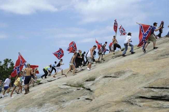 邦聯旗的支持民眾曾攀登喬治亞州「石頭山」。(美聯社)