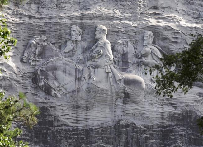 喬治亞州「石頭山」半山腰上,邦聯總統戴維斯、南軍統帥李將軍和南軍猛將傑克遜的超大型雕刻。(美聯社)