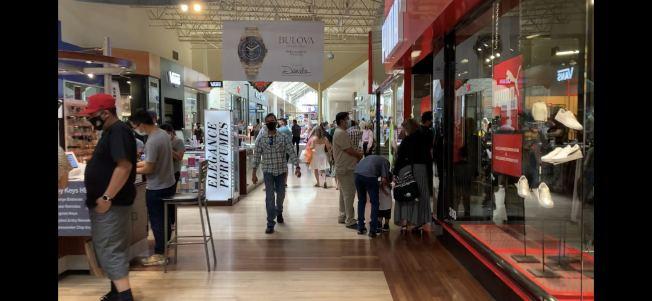 安大略購物中心5日依舊有不少消費者。(記者啟鉻/攝影)