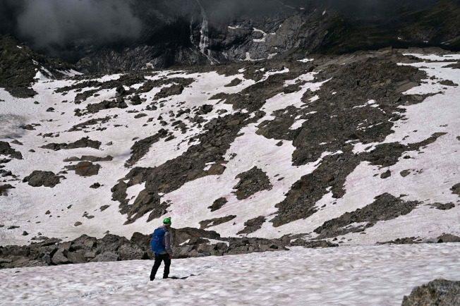 義大利冰川出現神秘粉冰 原來是海藻惹的禍