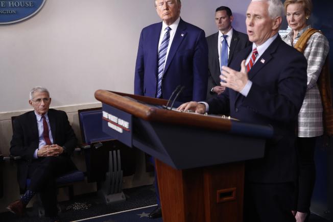 據報導,白宮正準備修正有關新冠疫情的講法,改為承認新冠病毒將長期存在,大家要有共存之道。今年3月成立的副總統潘斯領導的防疫小組將不解散。(美聯社)