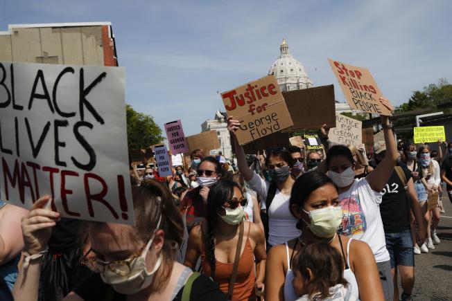 美聯社分析今年初至今的臉書上右派組織的訊息,發現手機臉書的訊息有所調整,目前不少是針對「黑人命也是命」批評。圖為5月31日明尼蘇達州聖保羅市的種族不平等抗議活動。(美聯社)