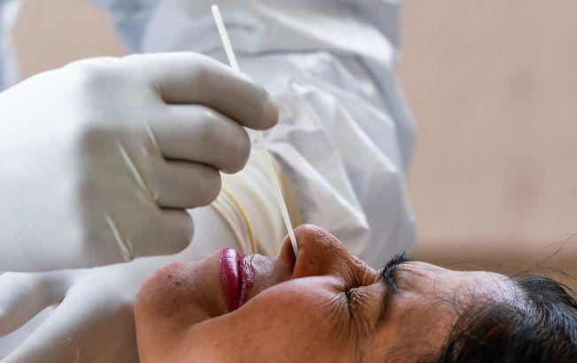 棉籤伸入鼻腔採樣時,有些不舒服。(Getty Images)