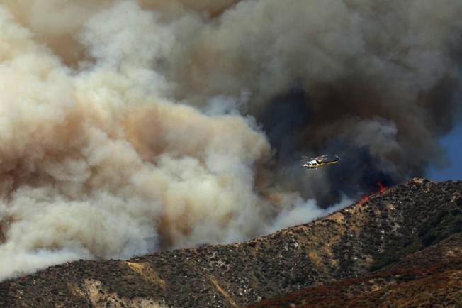 野火在聖塔克拉利塔已延燒了約1200畝地。(圖片取自洛縣政府推特)