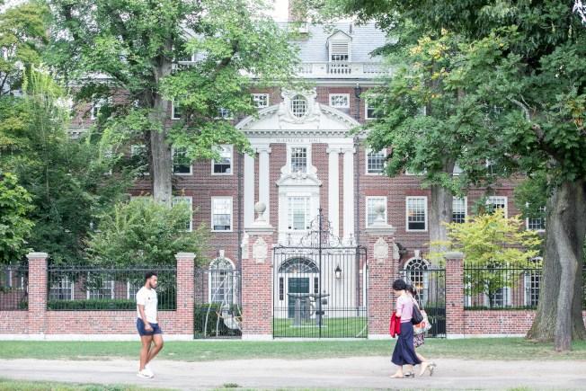 根據美國聯邦移民及海關執法局6日公布的最新指南,學校如宣布今秋全面改為遠距上課,國際學生必須離開美國。哈佛大學已宣布今秋約有四成學生會返校上課。 (Getty Images)