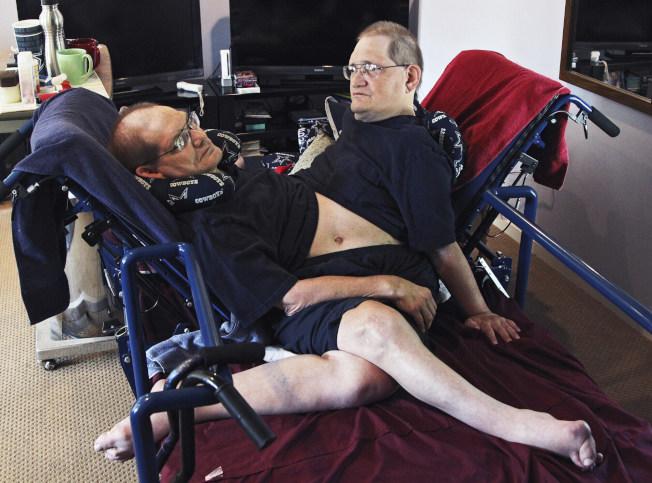全世界最老連體雙胞胎唐尼(左)和隆尼‧蓋里昂兄弟4日辭世,享年68歲。(美聯社)
