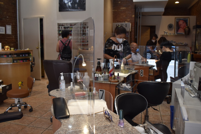 Rich Nail Spa在復工首日生意不錯,有五、六個客人預約。(記者顏嘉瑩/攝影)