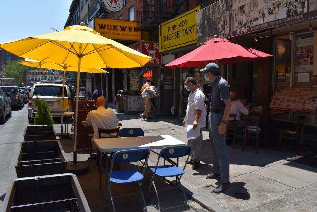 商改區提供免費陽傘、桌椅等,供餐館業者使用。(記者顏嘉瑩/攝影)