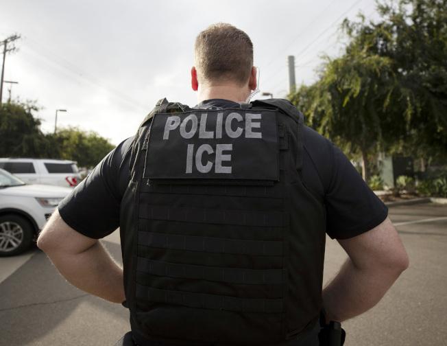 正在加州執法的美國移民及海關執法局探員。(美聯社)