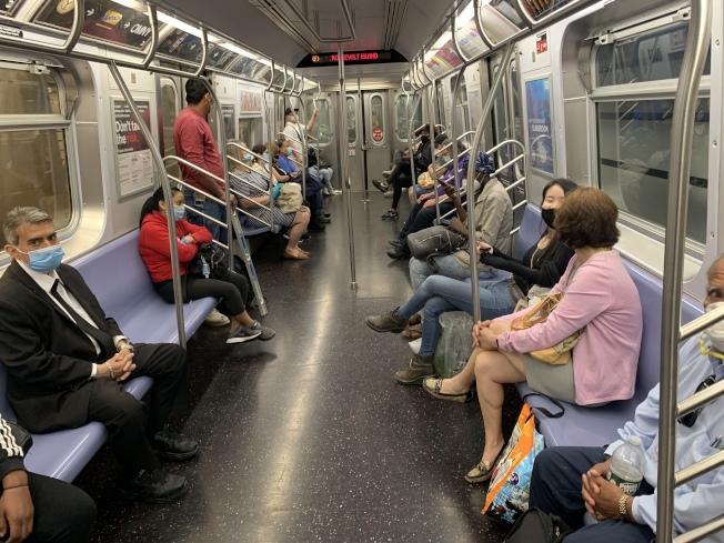紐約市長白思豪說,隨著復工順利進行,公共交通乘坐人數也有所增加。(記者和釗宇/攝影)