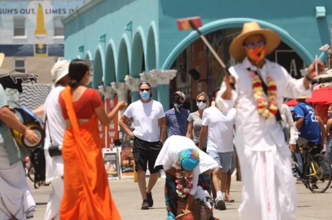 加州疫情在國慶長周末變得更加嚴峻,此時的洛杉磯威尼斯海灘街頭遊人如織。(取自洛杉磯時報)