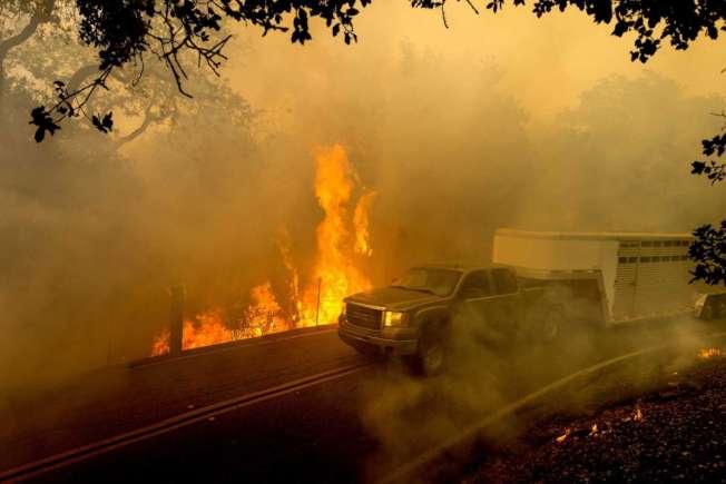 吉爾洛「克魯斯山火」目前已燒毀超過2000畝土地和兩棟建築物。(美聯社)