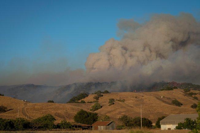 吉爾洛「克魯斯山火」火勢猛烈,冒出陣陣濃煙。(取材自推特)