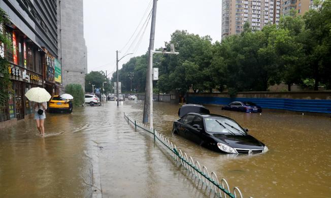 7月6日上午,武漢市洪山區虎泉街保利華都小區外的街道積水嚴重。(中新社)