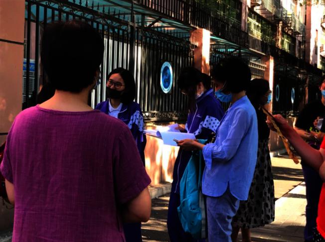 第一節「語文」考完,北京四中外,考生戴著口罩聊試題。(記者賴錦宏/攝影)