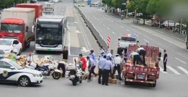 這起意外經過約半個小時的清除才恢復交通。(視頻截圖)