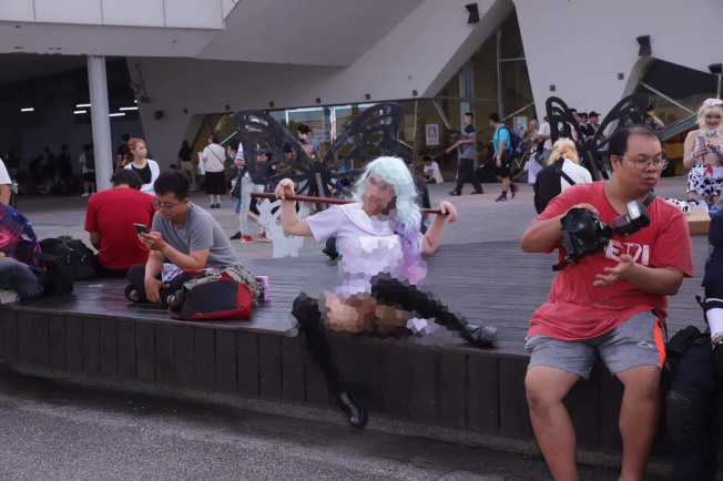 女大生沒穿內褲,在動漫祭現場掀裙,現場民眾拍下不雅照片。(記者蕭雅娟 / 翻攝)