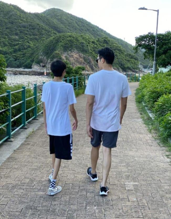 張智霖與兒子同框。(取材自微博)
