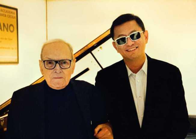 王家衛(右)極度崇拜顏尼歐莫利克奈,澤東電影也將發行他的紀錄片「50年一瞬間的魔幻時刻」。(圖:澤東提供)