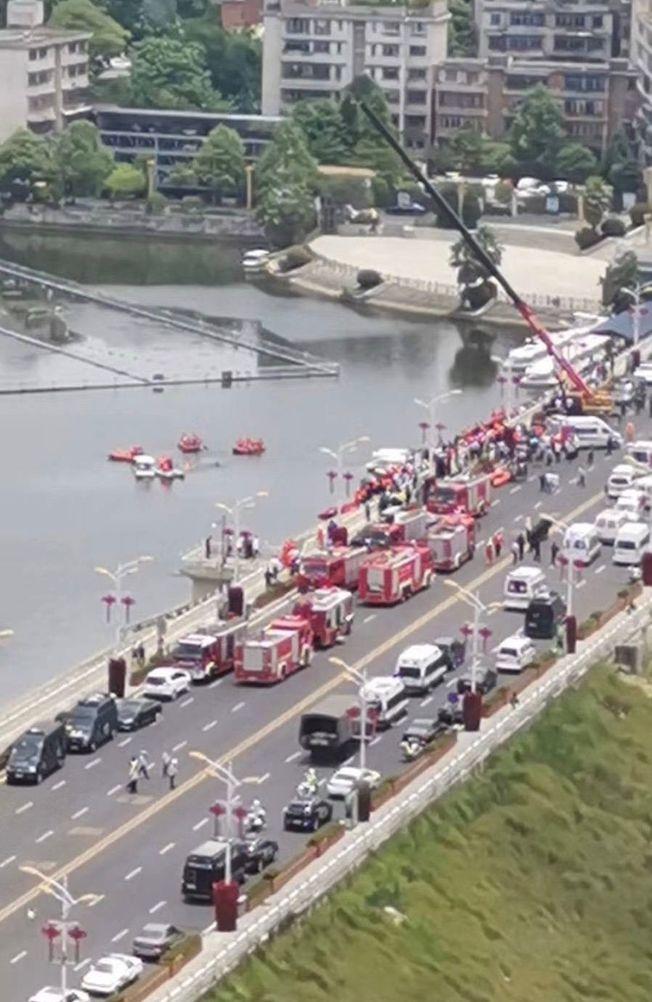 事故現場擠滿消防車和救護車。(取材自微博)