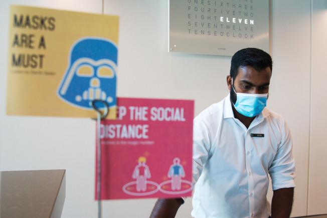 不少研究顯示,症狀發作前的病患打噴嚏、咳嗽、說話、呼吸時,都可能噴出含有病毒的飛沫,代表集體戴口罩可顯著減少感染他人的風險。(美聯社)