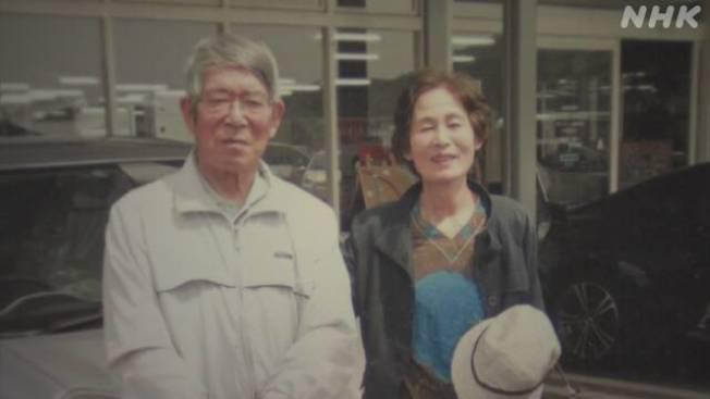 日本熊本縣老翁井上三郎和妻子被洪水圍困,他把鄰居拋來的救命繩先給妻子,自己被沖走死亡。(取自NHK)