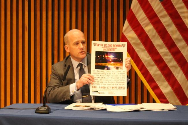 助理總警監Jason Wilcox宣布多起涉槍謀殺通緝,懸賞均為萬元上。(記者張晨/攝影)