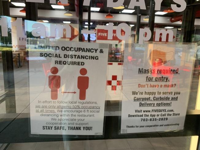 大華府地區的許多餐館、商鋪不僅員工戴口罩,還會貼告示提醒顧客戴口罩。(記者羅曉媛/攝影)