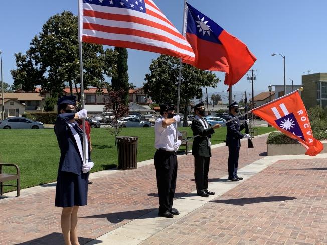 中華旗隊7日在蒙特利公園市政府前廣場,舉辦簡易版「七七抗戰83周年紀念典禮」。(記者謝雨珊/攝影)