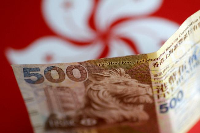 彭博資訊報導,白宮高層顧問建議削弱香港聯繫匯率制度。(路透)