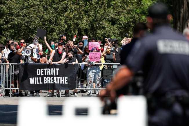 就算沒有觀眾,抗議人潮仍如影隨形。(路透)