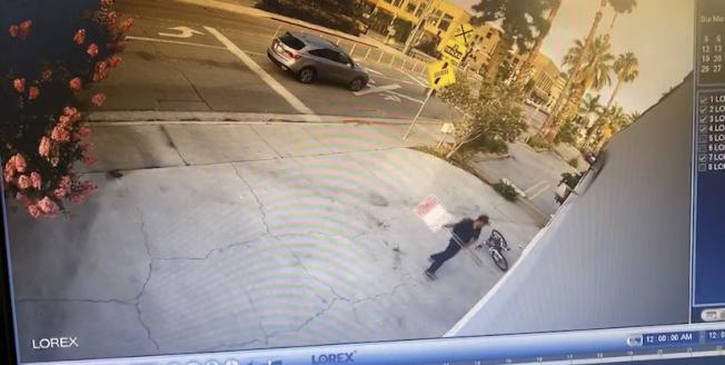 攝像頭拍下的盜賊砸門場景。(楊連慧提供)