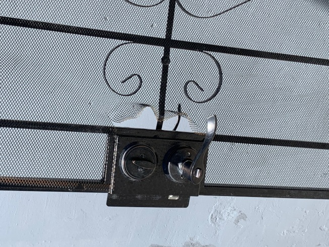 鐵門紗窗破損。(記者張宏/攝影)