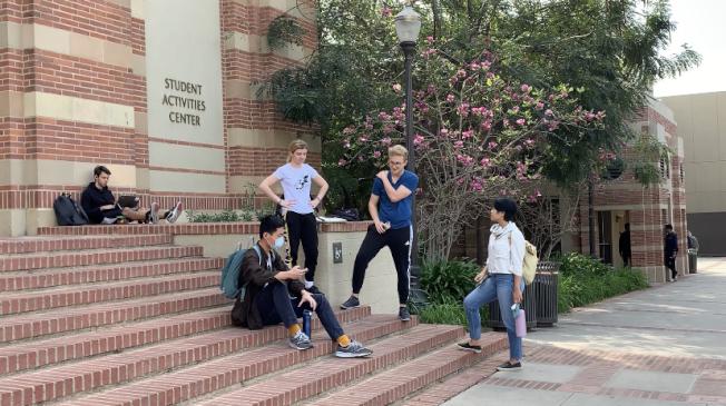 受新冠病毒疫情影響,美國許多大學都將秋季學期改為線上方式授課,有些學校則採取到校及遠距混合教學。(記者謝雨珊/攝影)
