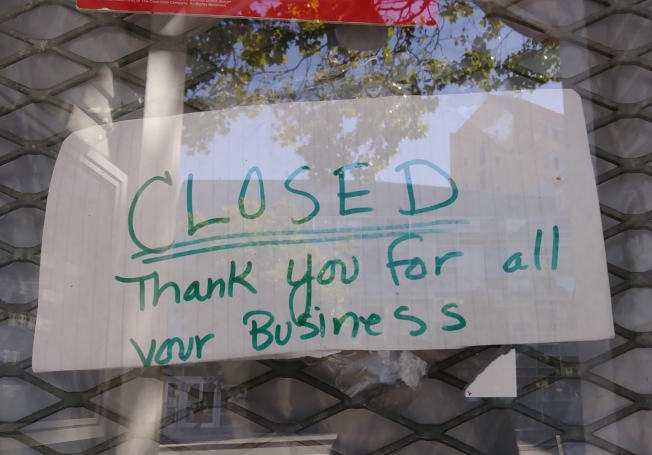有餐廳貼著關門告示。(本報檔案照片)