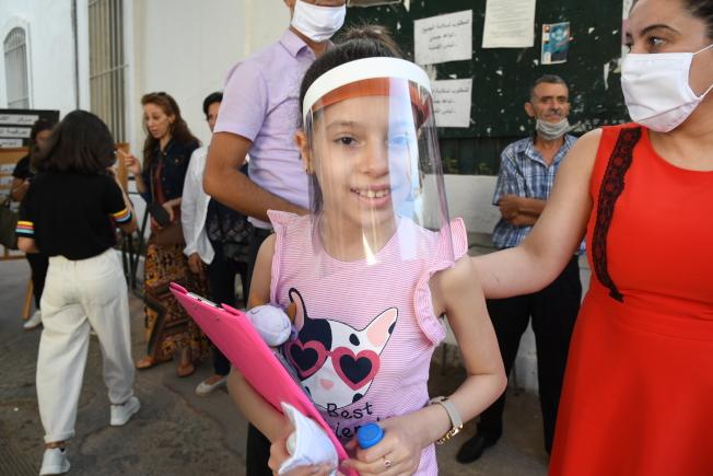 斯靜格對安全復學提建議,認為低齡學童不適宜長時間戴口罩,建議幼稚園和一年級學生戴透明面罩(示意圖)。(本報檔案照)