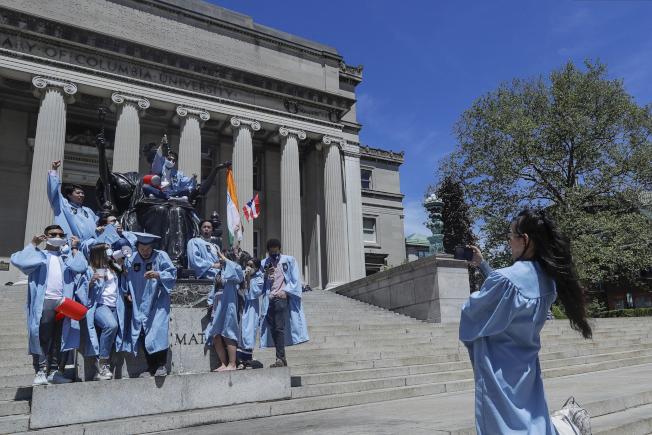 移民及海關執法局新規將影響逾百萬在美外國學生,其中中國學生有近37萬人,是最大的群體。圖為哥倫比亞大學學生畢業前留影。(美聯社)
