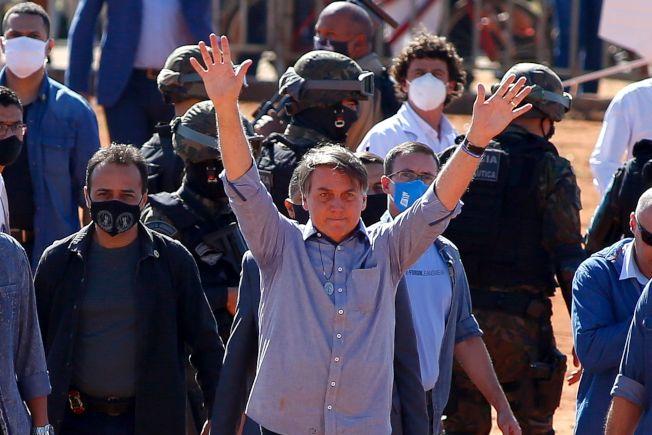 巴西總統波索納洛在6月5日出訪仍不戴口罩。(美聯社)
