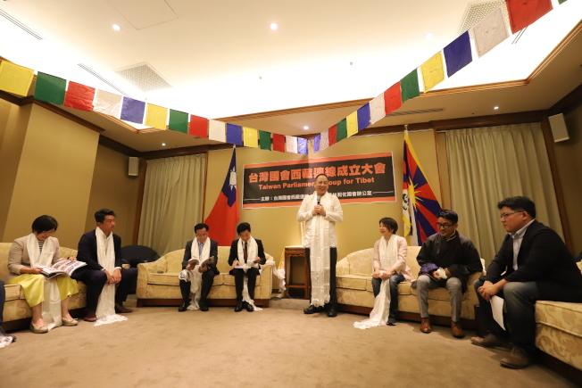 立法院8日舉辦「台灣國會西藏連線」成立大會,媒體關切達賴喇嘛訪台一事。(圖:立委林昶佐辦公室提供)