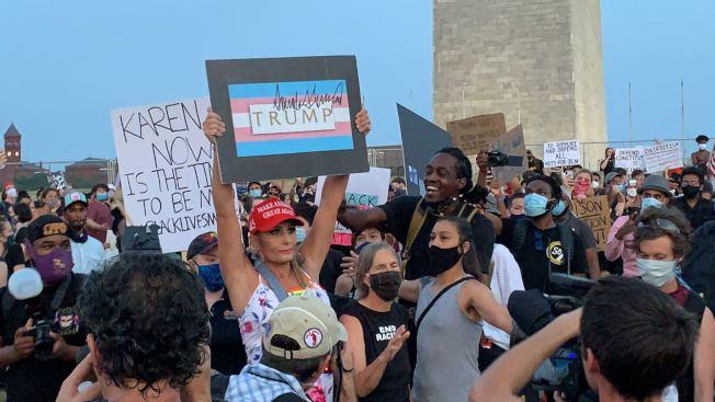 反種族歧視的示威人群中突然出現一名川普支持者,火藥味迅速升級。(記者張筠 / 攝影)