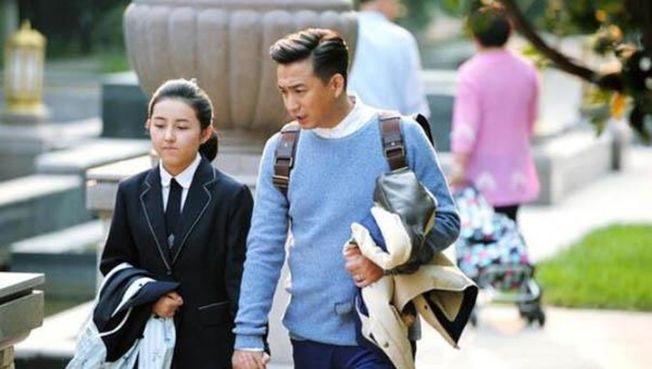張子楓(左)曾在電視劇「小別離」,中飾演黃磊女兒。(翻攝自小別離劇照)