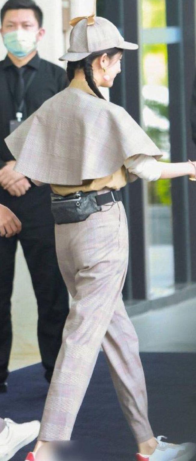 楊冪雙馬尾辮搭配小披風的造型曾被網民認為具備時尚的俏皮感,但扁又塌的屁股反而被作文章。(取材自微博)