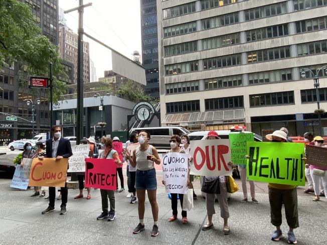 數十名護理員集結在葛謨辦公室樓前示威。(記者金春香/攝影)