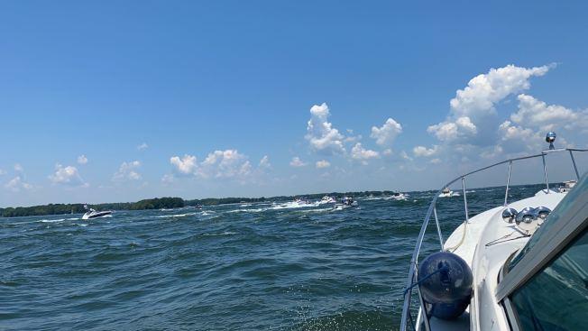 羅曼湖區(Lake Norman)有3000艘以上船隻參加了挺川大巡遊 。(夏樂珠峰體操館韓琦提供)