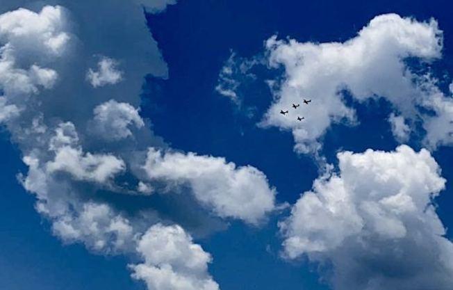 夏日的藍天白雲中,可以看到有小飛機參加遊行。(夏樂珠峰體操館韓琦提供)