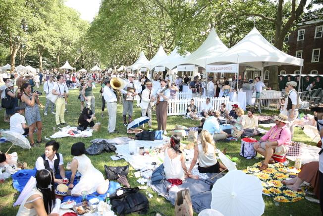 總督島是紐約客夏季休閒避暑的好去處;圖為此前夏季舉行的標誌性活動「爵士年代草坪派對」盛況。(記者洪群超/攝影)
